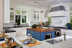 Traditional Kitchen Island Design Ideas, Pictures, Remodel and Decor Beautiful Kitchen Designs, Beautiful Kitchens, Cool Kitchens, White Kitchens, Cottage Kitchens, Kitchen Interior, New Kitchen, Square Kitchen, Traditional Kitchen Layouts