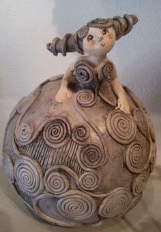 J& le strudel . peut-être sur un bol ou une tasse de Bella de Ja . - J& le strudel … peut-être sur un bol ou une tasse de Bella par Jackie Alonso - Ceramic Figures, Clay Figures, Pottery Sculpture, Sculpture Clay, Ceramic Clay, Ceramic Pottery, Clay Dolls, Art Dolls, Sculptures Céramiques