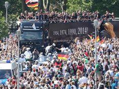 The Streets of Berlin! Trying to make it through :-) Nur mühselig kommt der Truck voran. Zahlreiche Menschen jubeln auf den Berliner Straßen den Weltmeistern zu.  © dpa - Deutsche Presse-Agentur GmbH / Wolfgang Kumm