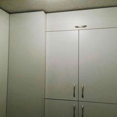 Muebles económicos en melamina blanca para optimizar todo el espacio de la despensa.