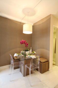 Mesa de Jantar, com um lado colado à parede