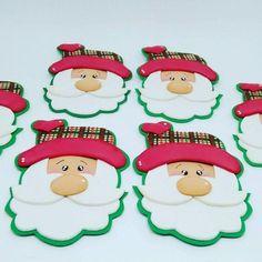 Artesanato em EVA: 60 modelos para inspirar sua produção (fotos, tutoriais e moldes) Christmas Ornaments, Holiday Decor, Metal, How To Make Crafts, General Crafts, Easy Crafts, Milk Can Decor, Holiday Ornaments, Roses