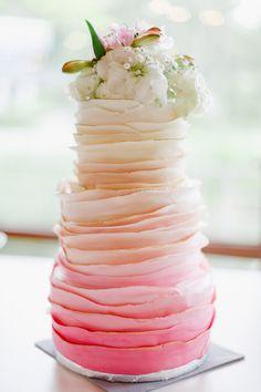 Hochzeitstorte mit Farbverlauf von Weiß zu Pink mit Gold-Details und echten Blüten als Topper bei www.weddingstyle.de | Foto: Irina und Chris Wegelin
