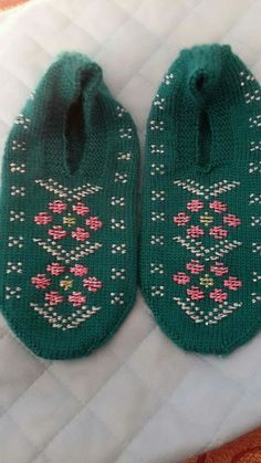 This Pin was discovered by Nur Sock Shoes, Baby Shoes, Baby Knitting Patterns, Knitted Hats, Diy And Crafts, Slippers, Beanie, Socks, Kids