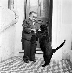 26 de Octubre de 1956: Henry Behrens, el entonces hombre mas pequeño del mundo baila con su gato en la puerta de su casa.