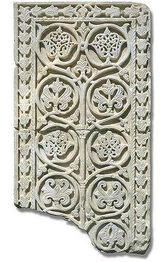 Tablero decorativo. Mármol blanco tallado en bajo relieve. 52,7 x 100 x 9 cm. Mediados del siglo X. Procedencia: Habitaciones anejas al Salón de Abd al-Rahman III.