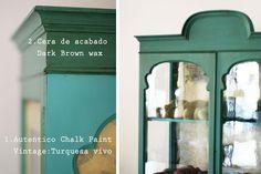 Exterior de la vitrina pintada con Autentico Chalk Paint Vintage Turquesa y con cera Dark Brown Wax.