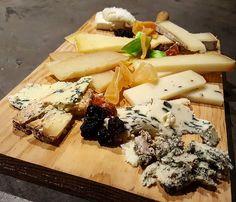 """Espectacular tabla de quesos en """"Cheese & Cheers"""" en @Olhops acompañada con una @tyriscervezas"""