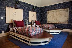 zwei Bette wie Schiffe mit Segel darüber mit der Initialen der Kinder   Piraten Kinderzimmer