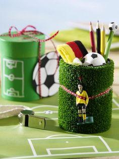 Für Fußballfans, -Profis und die, die es noch werden wollen: Über das Glas und Dose im Fußballfieber freuen sich garantiert Jung und Alt.