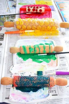 Make Your Own Wrapping Paper: 4 Ideas for Rolling Pin Printi.-Make Your Own Wrapping Paper: 4 Ideas for Rolling Pin Printing Malen mit dem Nudelholz mit Kindern - Kids Crafts, Diy And Crafts, Arts And Crafts, Paper Crafts, Cork Crafts, Wooden Crafts, Summer Crafts, Kids Diy, Holiday Crafts
