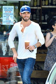 Chris Pine was all smiles as he left The Oaks Gourmet Cafe in Los Angeles on Friday afternoon with an iced coffee. Friday, 24/05/2013