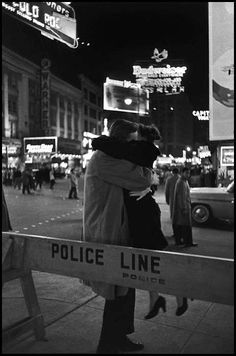 """«Cercare e saper riconoscere chi e cosa, in mezzo all'inferno, non è inferno, e farlo durare, e dargli spazio.»  Italo Calvino, """"Le città invisibili"""" (la foto è di Henri Cartier-Bresson)"""