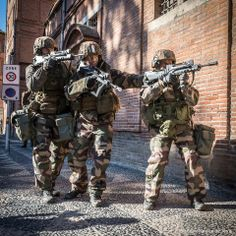 Epic Picture from French Forces in a drill in the city with the French Bullpup Assault Rifle(FAMAS).