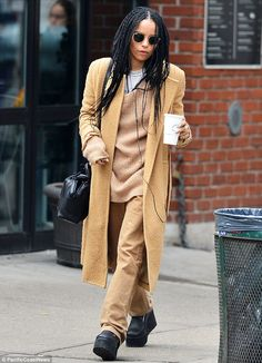 Zoe Kravitz covers up in head-to-toe mustard yellow in chilly NYC .after showing off her bikini body in Florida Zoe Kravitz covers up in mustard yellow in New York on Tuesday (after showing off her bikini body in Florida) Casual Street Style, Street Style Looks, Zoe Kravitz Braids, Zoe Kravitz Bikini, Zoe Kravitz Style, Zoe Isabella Kravitz, Juergen Teller, Badass Style, Mode Outfits