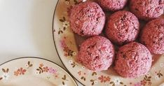 Málnás macaron Macarons, Ethnic Recipes, Food, Essen, Macaroons, Meals, Yemek, Eten