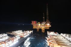 The giant offshore installation and commissioning vessel Pioneering Spirit has set the new world lifting record with the successful removal of Shell's tonne Brent Delta … Oil Platform, Marine Engineering, Gas Pipeline, Drilling Rig, Oil Industry, Oil Rig, Tonne, North Sea, Oil And Gas