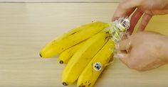 Han virar in bananerna i lite plastfolie. Anledningen? Att jag aldrig har tänkt på detta.
