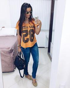 Tshirt laranja com calça jeans e sapatilha Fashion Pants, Love Fashion, Fashion Looks, Fashion Outfits, Work Casual, Casual Chic, Casual Looks, Lazy Day Outfits, Casual Outfits
