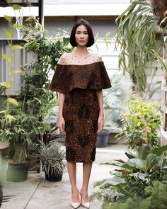 Mau di jait Source by magdalenayudhita batik Kebaya Lace, Kebaya Dress, Batik Kebaya, Batik Fashion, Skirt Fashion, Fashion Dresses, Kebaya Modern Dress, Modern Batik Dress, Model Dress Batik