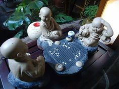 3 monks playing go