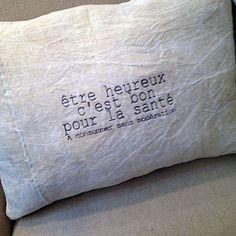 """Coussin lin ancien écru brodé """"être heureux c'est bon pour la santé"""" en gris anthracite. Dos coton drap ancien. Déhoussable fermeture... Creative Gift Wrapping, Creative Gifts, Textiles, Deco Nature, Scented Sachets, Diy Cushion, Perfect Pillow, Diy Pillows, Letters"""