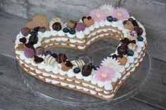 Recept s foto postupom na tortu trochu inak. Zväčša sa takto robia torty v tvare číslice, ja som skúsila srdce a ovocie som nahradila čokoládovými dekoráciami. Kvôli dcére s HIT som použila špaldovú celozrnú múku. Inak ako tradične, improvizovala som.