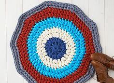 En este tutorial se explica cómo hacer una alfombra de trapillo. Mantén tus pies calentitos con este sencillo patrón para hacer una alfombra. ¿Buscas una alfombra de crochet que sea práctica a la vez que bonita? ¡Aquí la tienes! Aprende en tansolo 6 pasos cómo hacer esta alfombra para ponerla en casa. Este patrón es …