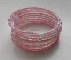 Rózsaszín kása és fehér rizs szemű gyöngyből fűzött memóriadrótos karkötő.