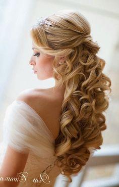 coiffure mariage blonde bouclee cheveux long attache avec queue de cheval elaboree