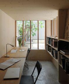 【集中できそう】中庭に面した狭く薄暗いワークスペース | 住宅デザイン