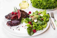 Grillowana wołowina z sałatką. #wołowina #maliny #rzodkiewka #grill #majówka #przepis #przepisy #tesco #smacznastrona