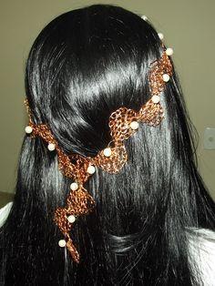 Tiara para noiva em croche de fio de metal, cobre esmaltado em dourado, bordado com pérolas. Flor opcional em croche de fio de metal, cobre esmaltado em dourado, bordado com pérolas.