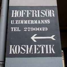 Den Hoffrisör in der Sierichstraße scheint es nicht mehr zu geben. Der Hinweis in der Toreinfahrt sieht immer noch ganz frisch aus