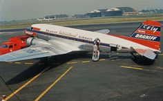Braniff International Douglas DC-3 C-47-DL N61350 taking on passengers at Chicago-Midway, circa 1955. (Photo: Bill Poturica, Copyright: Braniff Flying Colors Collection)