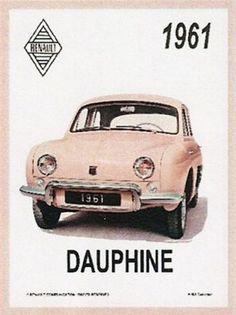 Renault Dauphine – 1961 : Plaque décorative rétro en métal représentant une Renault Dauphine. Idéal pour créer une déco dans l'ambiance vintage mécanique dans un garage, une concession automobile ou un troquet parisien.