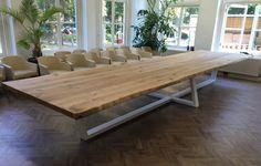 Op zoek naar nog grotere tafels? Zwaartafelen maakt tafels die zo groot zijn, dat je je huis eromheen moet bouwen. Kom eens kijken!