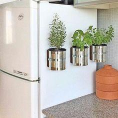 {Via @casaorganizada} Latas recicladas viram lindos Vasos de Tempero acomodados na lateral da geladeira. Isso mesmo!  #PlantasEmCasa…