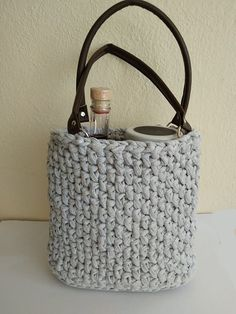 Na hačkovanú tašku je použitá priemyselná tričkovina. Samozrejme, kto chce, môže si tričkovinu vyrobiť aj doma, z vyradených tričiek. Akurát bude musieť precízne strihať, aby bol potom celý úplet rovnomerný.Klbo, ktoré som použila malo dĺžku cca 120. Neminula som ho úplne celé. Book Baskets, Sewing Baskets, Stephen Curry Shoes, Fabric Bowls, Team Gifts, Basket Bag, Fabric Scraps, Mother Gifts, Gift Bags