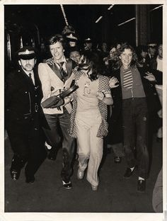 """DAVID BOWIE, CHARING CROSS STATION, """"The Rave arriving at platform five"""". Superb original 1973 press photo taken as Bowie is mobbed arriving at London's Charing Cross Station on May prior to the final UK leg of the Ziggy Stardust/Aladdin Sane tour cycle. David Bowie Poster, David Bowie Born, David Bowie Ziggy, Aladdin Sane, Ziggy Stardust, Press Photo, Glam Rock, Young And Beautiful, Black Star"""