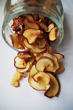 Dried apples are a delicious, healthy snack. Learn how to dehydrate apples the easiest way possible and save big on a nutritious, waste-busting treat! Dehydrated Apples, Dehydrated Food, Dried Bananas, Dried Apples, Homemade Fruit Leather, Cinnamon Apple Chips, Expired Food, Sour Fruit, How To Stack Cakes