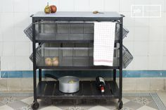 In diesem charmanten und praktischen Servierwagen können Sie Ihre Lebensmittel in den beiden Körben mit drei Abteilen leicht verstauen.Auf dem Metallgestell können Geschirrtücher und Kochgeräte leicht aufgehängt werden.