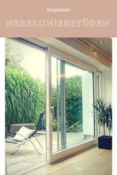 Hebeschiebetür aus Holz-Alu von Sorpetaler: größzügiger Zugang zur Terrasse sorgt für viel Licht im Raum | Sorpetaler Fensterbau