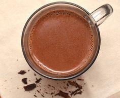 Deze gezonde chocolademelk is heerlijk op een koude dag! Lekker op de bank neerploffen met een glas warme chocolademelk die heerlijk gezond is.