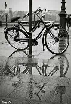 Bicicleta y reflejo en Paris