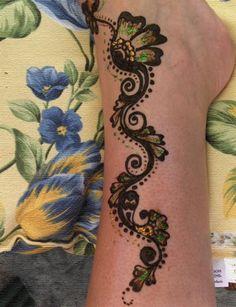 http://www.ajewelrystyle.com/wp-content/uploads/2011/03/Glitter-Feet-Mehndi-Design.jpg
