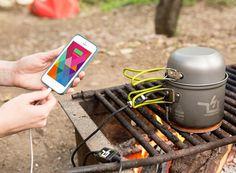 [ The Power Pot: A Fire Powered USB Charger] . Voici une version courte: feu + eau = puissance. Voici la version longue: la PowerPot exploite l'excès de chaleur pendant la cuisson avec ses modules thermoélectriques encapsulés, envoie de l'électricité à travers le composite résistant à la flamme câble et les connecteurs de charge, et puis vous pouvez brancher votre téléphone pour le charger.