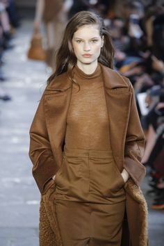 Max Mara Automne/Hiver Womenswear - Fashion Week, Page 13 ( France - look Max Mara, Winter 2017, Fall Winter, Trends, Brown Dress, Brunette Hair, Business Fashion, Fashion Week, Raincoat