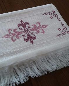 75 TANE KANAVİÇE HAVLU ÖRNEKLERİ | Nazarca.com Crewel Embroidery, Cross Stitch Embroidery, Palestinian Embroidery, Cross Stitch Flowers, Diy And Crafts, Towel, Beads, Cross Stitch Samplers, Crochet Doilies