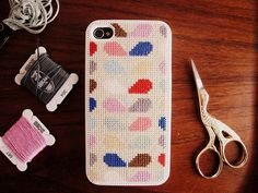 Funda de iPhone bordada con cenefas de colores
